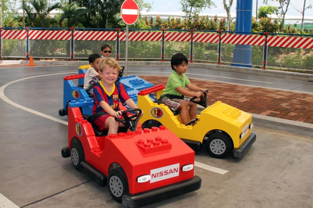 Barn kjører legobilene